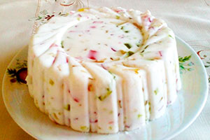 Вкусная выпечка: торт с желатином и фруктами